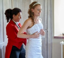 Kent_lady_wedding_toastmaster_lacing_brides_wedding_dress_at_leeds_castle